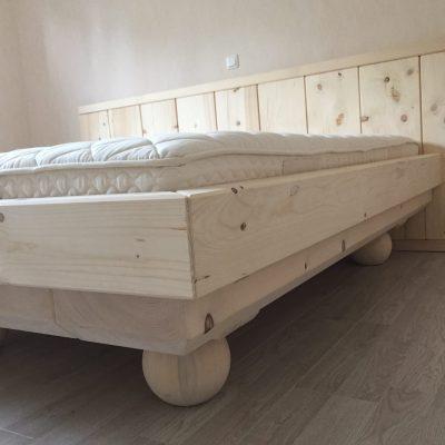 Zen-Bett auf Kugelfüßen